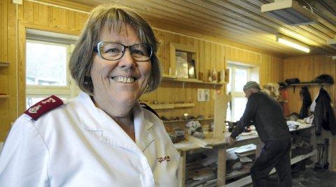 Tilbud: Leder i Frelsesarmeen i Kongsvinger, Anne Beth Fagermo, synes arbeidsgården på Holt, der Jobben-deltakerne snekrer og strikker, er et fint sted.