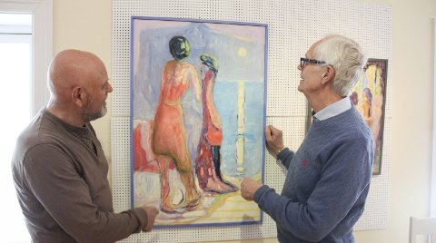 KVINNER: Tore Buch er fascinert av kvinner i alle varianter. Her en siste finpuss på utstillingen sammen med gallerist Asbjørn Bergerud. Den åpner i dag torsdag.