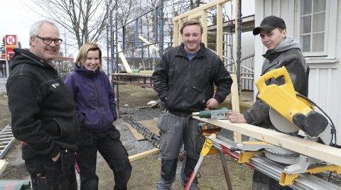 Blide snekkere: Fra venstre lærer Dag Even Nygårdseter, Sigrid Linnerud, Anders Vestby og Lars Fjeld fra VK2 byggteknikk, Skarnes.