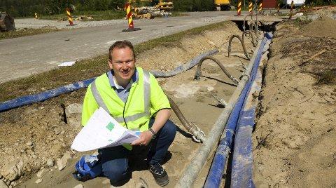 Nye vannledninger: Over 700 meter med vann- og avløpsledninger skal legges i løpet av en uke. – Først pumper vi opp grunnvannet og sikrer de gamle rørene med et spesialmiddel så de ikke blir liggende å lekke i grunnen, før vi legger de nye ledningene, forteller Geir Ove Bekken. Bilder: Kjell R. Hermansen
