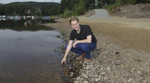 Badeklar: Fungerende ordfører Lasse Juliussen ønsker sambygdinger og andre velkommen til å ta seg en dukkert. bilder: lars fogelstrand