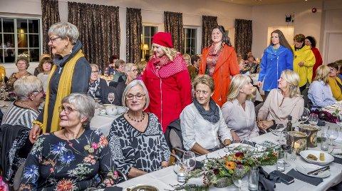 REKKE: Modellene kom inn på rekke og rad mellom bordene i storsalen på Skaslien gjestegård under «Damenes aften».