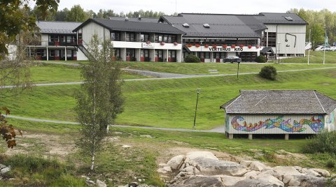 JUBILANT: Milepelen kulturhus, med hotelldel og utescene. I 30 år har Milepelen gledet bygdefolket. Nå er det jubileum.