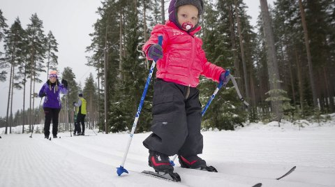 SKIDEBUTANT: Første gangen i skiløypa. To og et halvt år gamle Åsa Kvesetberget Langfoss klarte seg fint i løypene på Liermoen tredjedag jul.