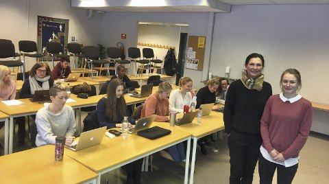 HER: – Vi øker studietilbudet!, sier Gunhild Sander Andersen og Marte Nilsen ved Høgskolesenteret i Kongsvinger, sykepleierstudentene bak følger forelesning.Foto: Anita Krok
