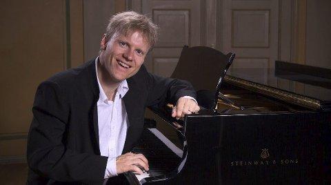 KOMMER HJEM: Håvard Gimse tar med seg ni studenter og framfører Bach i tre timer i Vinger kirke lørdag.