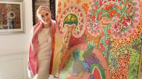 I Aamodtgården: Elena Abessinova med et av sine fargerike motiver, dette er inspirert av Østens kultur.