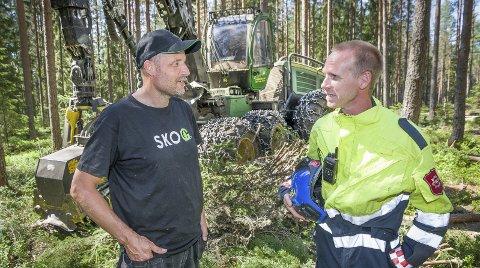 STOPP: Kommer det ikke mye regn snart må Arne Martin Fagernes i DF skog og anlegg parkere maskinen sin advarer brannkonstabel Tommy Jonassen.