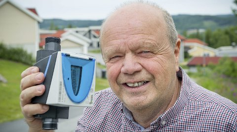 GIVAS: – Vi skal skifte ut alle vannmålerne i Kongsvinger med denne nye typen, opplyser ingeniør Kjell Halvorsen hos GIVAS vann- og avløpsavdeling.