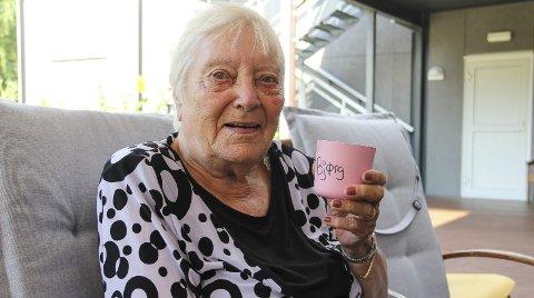 DEILIG: Bjørg Sorknes er opprinnelig fra Bergen, og synes det bare er deilig med tørt og varmt vær. Hun holder seg mest i skyggen og drikker nok.