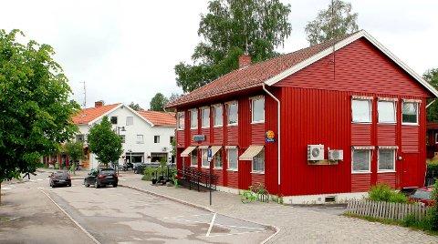 RIVES?: Apotek-gården i Skotterud sentrum ble bygget i 1965. Nå blir bygget solgt eller revet for å gi plass til nye sentrumsleiligheter.