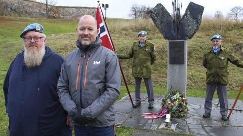 MINNET: Tor Inge With (t.v.) og Øyvind Årbogen mintes to av FN-soldatene de tjenestegjorde med da kompaniet deres markerte at det er 30 år siden de tjenestegjorde i Libanon. Æresvakter ved Unifil-monumentet på Kongsvinger festning lørdag var Thor Sørlie (t.v.) og Kjell Nygårdseter fra Veterankompaniet.BILDER: SIGMUND FOSSEN