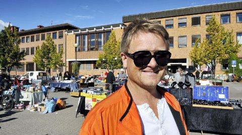 TAKK: – Vi gir oss aldri, sier Uno Arnesen, leder i Byen Vår i Kongsvinger. Kremmertorget er én av de årlige, populære tilbud og aktiviteter til befolkningen.Foto: Jens Haugen