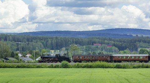Nostalgi: Det er ikke hver dag man ser et damptog på Solørbanen. He rer det på vei til Kirkenær.Bilder: Kjell R: Hermansen