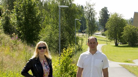 LED-lys: Mange steder er det allerede byttet ut til LED-lys. Her står ordfører Kamilla Thue og Ole Christian Hanestad på gangveien ved Eidskog ungdomsskole. – Det er også lagt opp nytt lys i Halbekken der folk ikke likte å gå etter det var blitt mørkt, forteller Hanestad. Bilder: Kjell R. Hermansen