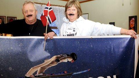 Gorm og Helga Johansson er stolte over sønnens OL-bronse og ikke minst laggullet fra VM i skiflyging. De tror på flere OL-medaljer. Foto: Hans Bjørner Doseth