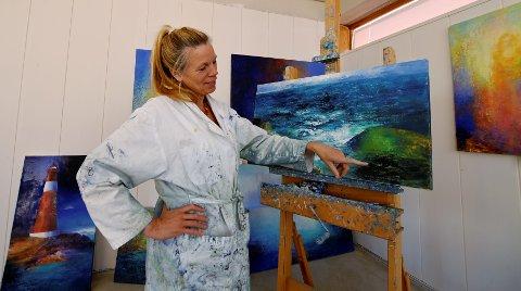 Bildekunstner Anne Kristine Thorsby i sitt nye galleri i gågata i Lillehammer. I år er hun sommerutstiller i Hamsungalleriet på Tranøy i Nordland.