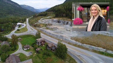 På Sjoa stoppar plutseleg nye E6. Birgitte Bay, og resten av næringslivet i dalen, ber om fortgang i utbygginga av europavegen