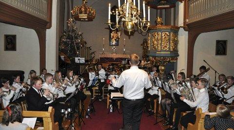 JUL: Det var selvsagt mest jul på repertoaret til Brandbu skolekorps, som blir dirigert av Arne Bilden.