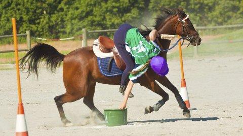 KONTROLL: Utfordringene sto i kø under NM i Mounted Games, men Mari Næss og Litton Drambuie hadde full kontroll. Alle foto: Hanna Magnussen Krogvold