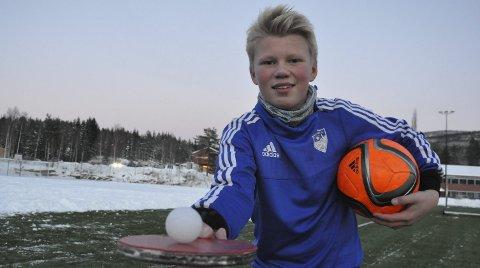 KRETSLAG: Aksel Berg Sandin fra Harestua spiller både bordtennis og fotball. Nå er den gode burvokteren uttatt på kretslaget til Indre Øatland Fotballkrets.