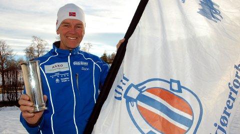 PREMIE: Rennleder Per Almqvist viser fram kongepokalen som tildeles beste dame og herreløper i NM i flerspann på Lygna. Foto: Haakon Kalvsjøhagen