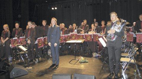 IMPONERTE: Dirigent Adam Cooke og Jaren Hornmusikkforening imponerte stort med lørdagens jubileumskonsert i Hadeland kultursal.