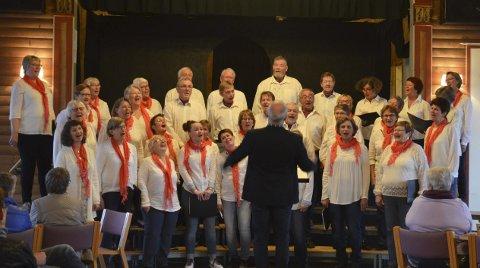 VÅRLIG PREG: Jevnaker korforening fikk fram vårstemningen, tross for gråvær ute. Med lette toner og brede smil. Under ledelse av dirigent Arne Stavø Auråker.