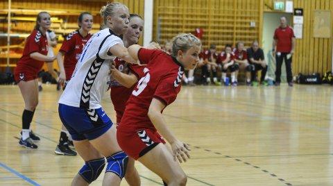 Tøffe tak i forsvar: Martine Haglund og Wendy Dahl kunne ikke forhindre at Oppsal scoret 41 mål mot Lunner.