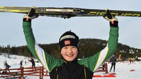 GLAD GUTT: Åsmund Klophus smilte bredt etter seieren i elleveårsklassen. Dette var Gran-løperens tredje seier i hans første sesong med rangering og resultatlister.