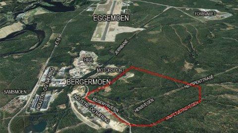 900 dekar i rødt: Området strekker seg fra de etablerte næringsområdene langs Musemyrvegen i øst til kommunegrensa mot Ringerike i vest, og avgrenses i sør av motorsportbanen og i nord av Knipetjernsvegen.