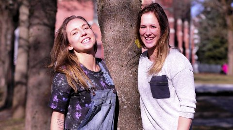 VENNINNER: Melanie Felber (tv) strekker seg for å vise at hun er (nesten) like høy som Malene Staal. I morgen spiller de skjebnekamp for HKH.