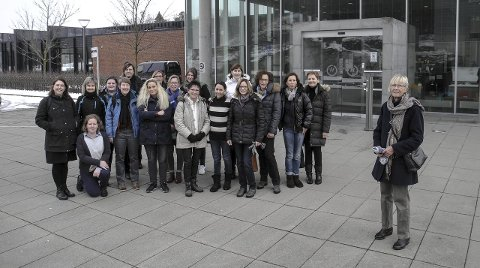 SEMINAR: De 17 lærerne fra Tyskland, Belgia, Slovakia besøkte Høgskolen i Østfold sammen med guide og seminarleder Marianne Stokke (t.h.). Alle foto: Jan Erik Sørlie