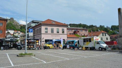 VARMT: Food truckene hadde stilt seg opp i ring på torget for å tilby Halden en kulinarisk opplevelse.