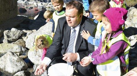 Bra samarbeid: Roald Aga Haug (Ap) og engasjerte unger fra Rabben barnehage slipper yngelen ut i Opo. Alle foto: Genbank Hardangerfjord