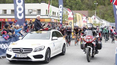 Start: Mange samlet seg rundt starten på en Tour des Fjords-etappe i Jondal i 2015. I år går starten på tredje etappe fra Odda sentrum.Arkivfoto: Ole M. Kvamme