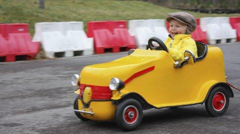 Premiere: Gustav (21 månadar) har alt sin eigen bil. Med gul køyredress og sikspens testa han den heimelaga bilen på farsdagen.