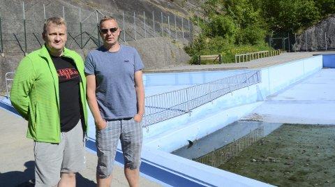 Ildsjeler: Frode Seljestad Hjørnevik (t.v.) og Trond Seim i Leve Tyssedal II ved det tomme frilufstbadet i Tyssedal. Nå ønsker de penger til drift, slik at badedammen kan åpnes på dugnadsbasis i sommer.