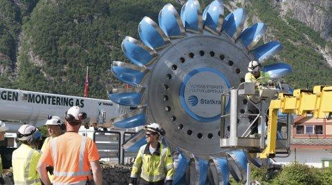 Nytt landemerke: Verdas største pelton turbinhjul vart torsdag sett opp i sentrum av Eidfjord. Odda Mekaniske Verkstad har laga sokkel til det nye kunstverket.