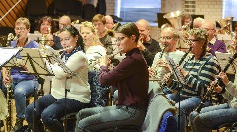 Odda musikklag: Musikantane i full gang med øving. På konserten 16. februar vert og Odda kommune sin kulturpris delt ut.