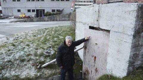 Bygget i 1941: Terje Kollbotn ved inngangen til bunkeren høsten 2018. Styret i LO vil gjenskape originalfasaden huset hadde i 1912, og mener dessuten at bunkeren vil skjemme helhetsinntrykket for området rundt det nye kollektivknutepunktet. Arkivfoto: Ernst Olsen