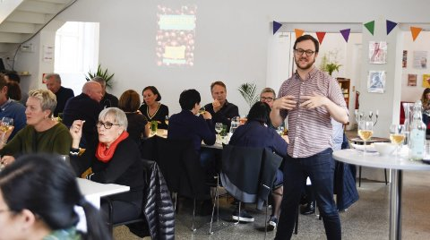 Populært: Over 50 personar var med på ost og sidersmaking på Sentralbadet Litteraturhus laurdag kveld. Festivalleiar Thomas Digervold leia smakinga.  Foto: Eli Lund