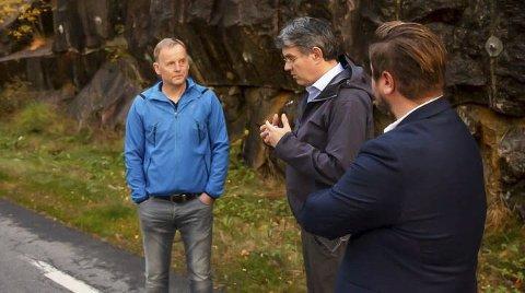 Lokale guidar: Knut Bårtvedt (t.v.) og Randi Elisabeth Opedal fungerte som guidar for Høgre-politikarane Tom-Christer Nilsen og Erlend Nævdal Bolstad. Foto: Lars Inge Thorset.