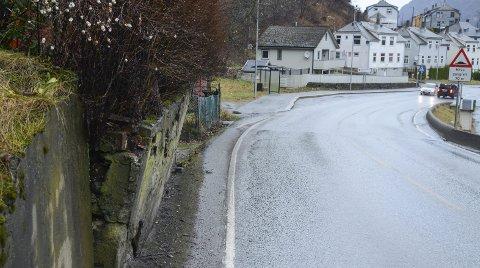 Riksveg 13: Denne muren, langs Røldalsvegen i Odda heller faretruende ut mot riksvegen. Foto: Ernst Olsen