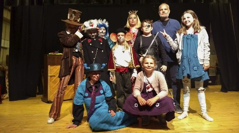 Drama: Her er dramagruppa i kulturskulen frå framsyninga «Den mystiske døra», frå Alice i eventyrland.Foto: privat