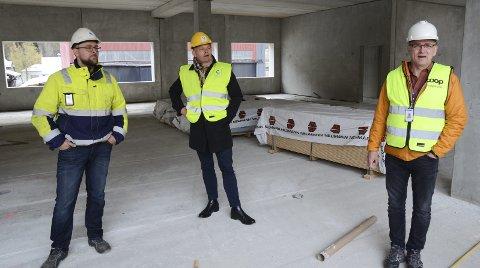 Omvisning: Prosjektleder Espen Lindstrøm (GL  Prosjektservice AS), rådmann Ole-Jørgen Jondahl og Einar Falkgjerdet (eiendomssjef i Coop Sørvest) i de framtidige lokalene til helsehuset. Foto: Ernst Olsen
