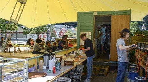 Almerkeparken: De ansatte på «Utestuo» lager pizza. I alt har de to stuene hatt 32 ansatte på lønningslista i sommer. – Du kan trygt si at vi har bidratt til å sysselsette Odda, sier Fatima Shadjanale og ler. Foto: Ernst Olsen