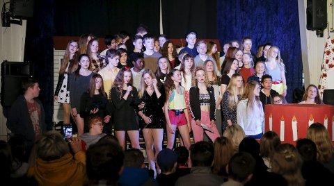 Jubileumssang med kake: Hele niende trinn sang med under jubileumsforestillingen ved Bø ungdomsskole. Foto: Alf-Robert Sommerbakk