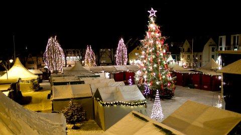 Julestemning over Haugesund i 2010. Det er godt mulig det blir julemarked og stemning i år også, men det ser ikke ut til at det blir på Rådhusplassen.