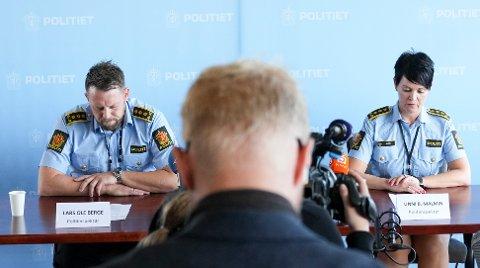 ORIENTERTE PRESSEN: Politiinspektør Lars Ole Berge og politiinspektør Unni Byberg Malmin fredag på pressekonferansen om at  en person er siktet for drapet på Birgitte Tengs og mistenkt for draper på Tina Jørgensen.